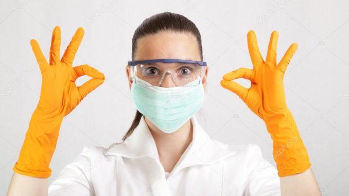 Девушка в перчатках и маске