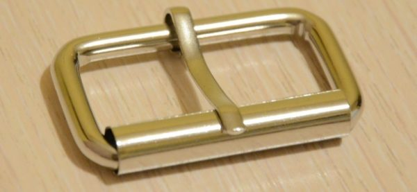 Пряжка от ремня с фиксирующим объём штырём