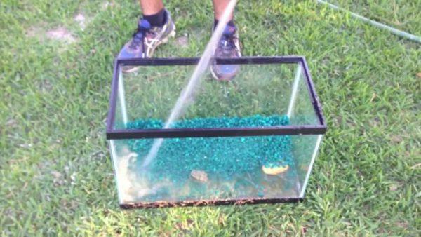 Помывка грунта аквариума при помощи шланга