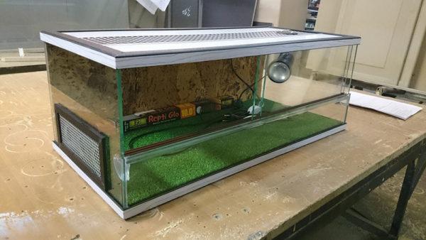 Закрытый террариум для сухопутной черепахи с вентиляцией и раздвижными стеклами